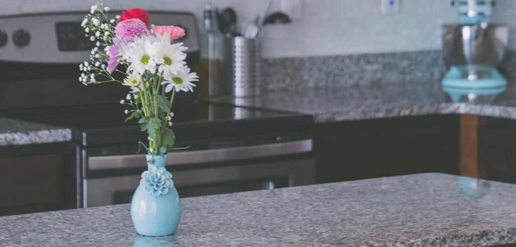 Aanrechtblad van graniet met vaas met bloemen erop